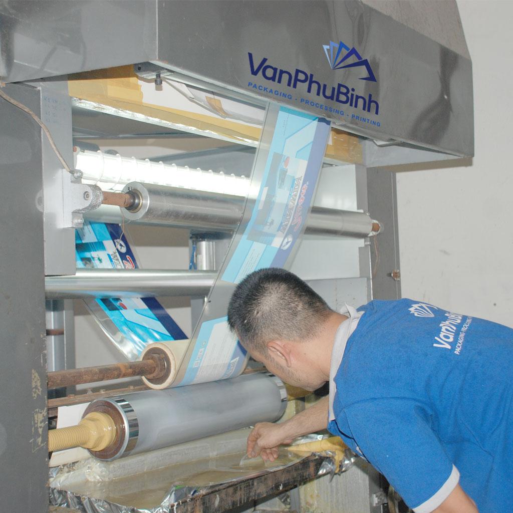 Nhân viên đang kiểm tra keo trong quá trình in chuyển nhiệt